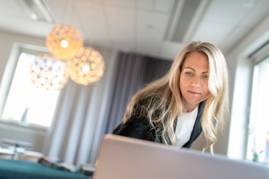 kvinne leser ebok på pc om jobbanalyse